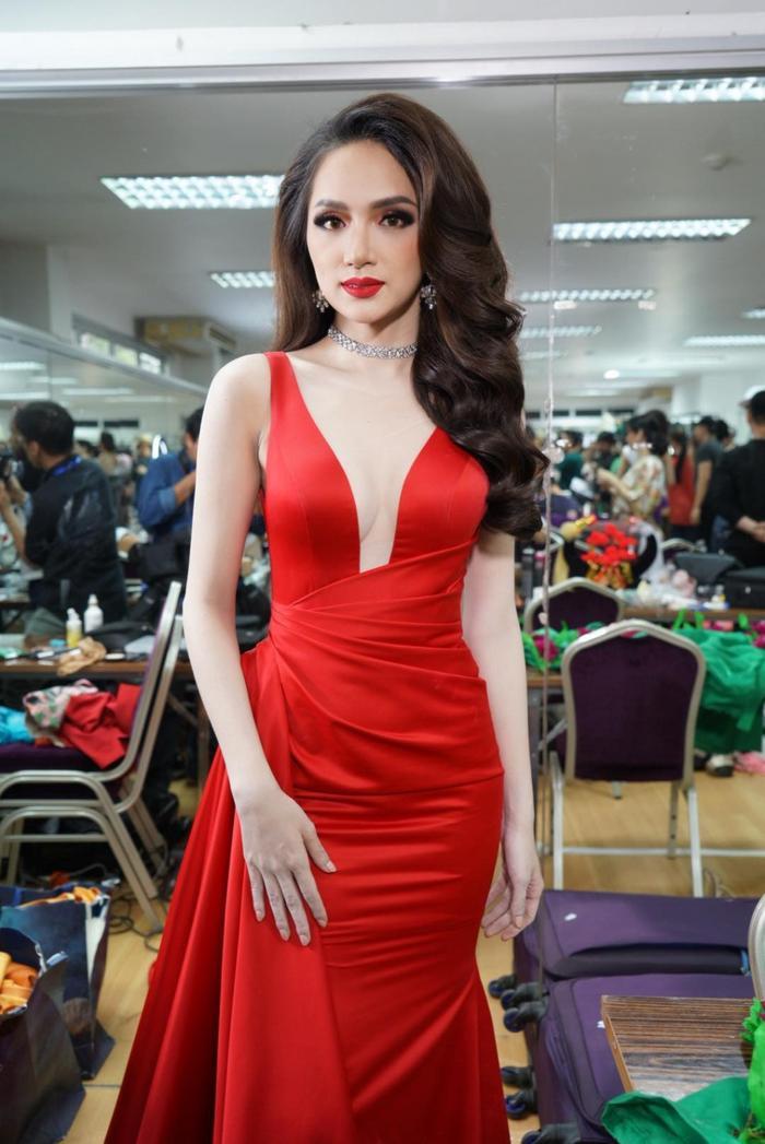 Nhuộm đỏ sàn diễn: Hương Giang đăng quang huy hoàng, Khánh Vân  Hoài Sa chiếm trọn spotlight ảnh 1
