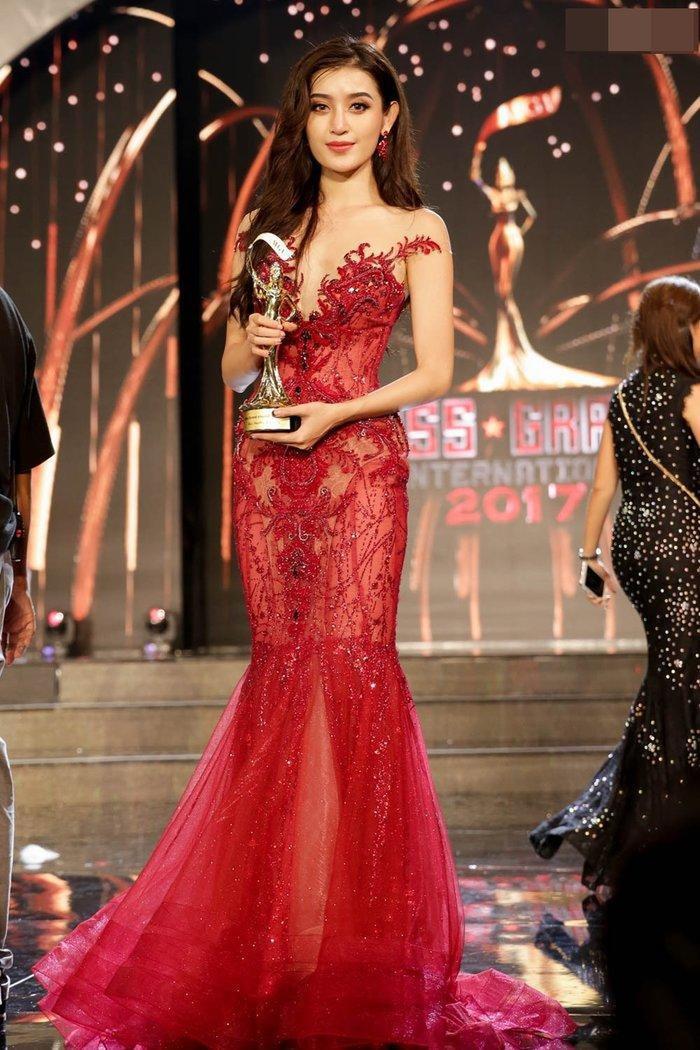 Nhuộm đỏ sàn diễn: Hương Giang đăng quang huy hoàng, Khánh Vân  Hoài Sa chiếm trọn spotlight ảnh 8