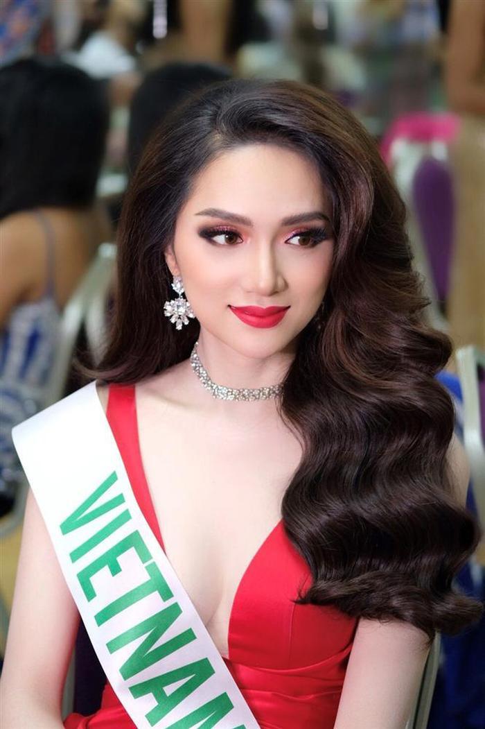 Hương Giang cực kì thông minh khi chọn cho mình bộ váy màu đỏ tươi tại đêm đăng quang Miss International Queen 2018.