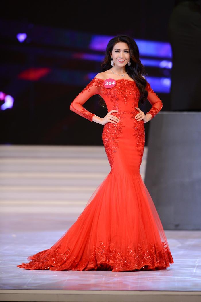 Một bộ váy màu đỏ rực rỡ từng được Lệ Hằng mặc tại đêm chung kết cuộc thi Hoa hậu Hoàn vũ Việt Nam 2015.