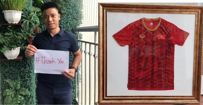 HLV Lưu Danh Minh đóng góp chiếc áo có chữ ký của những nhà vô địch SEA Games 30, qua đó mong muốn chiếc áo được ban tổ chức đấu giá để góp tiền chung tay đẩy lùi Covid-19.