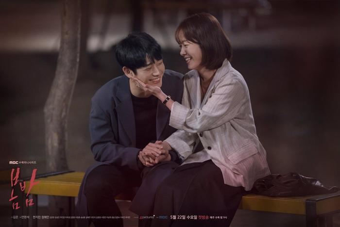"""Jung Hae In và Han Ji Min trong """"Đêm xuân"""" năm 2019. Được biết, tỷ suất người xem cao nhất là 9.5% trên toàn quốc và 10.8% ở khu vực đô thị Seoul vào tập cuối."""