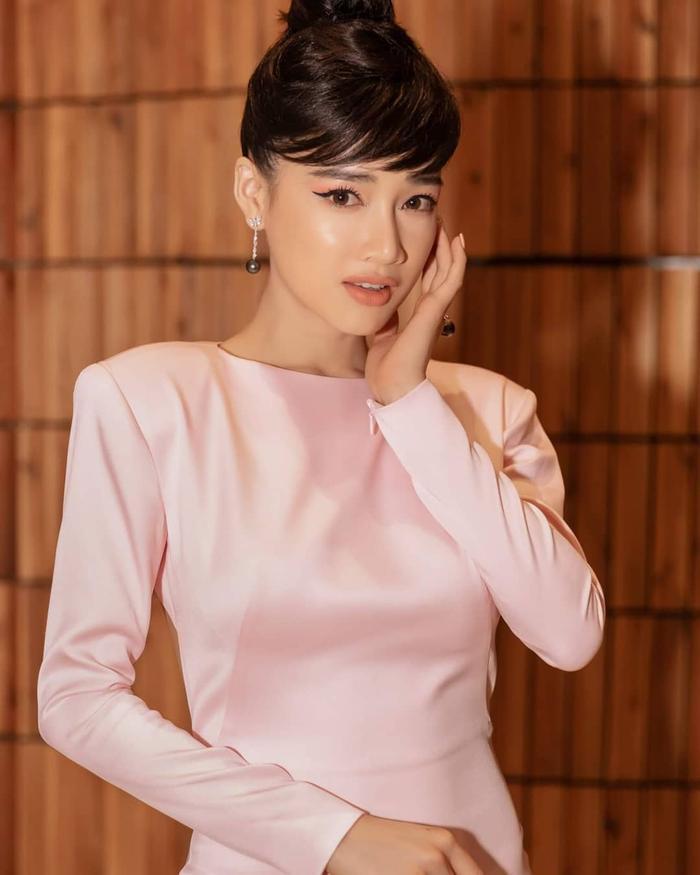 Chiếc váy hồng độn vai ngang vừa mạnh mẽ lại nữ tính.
