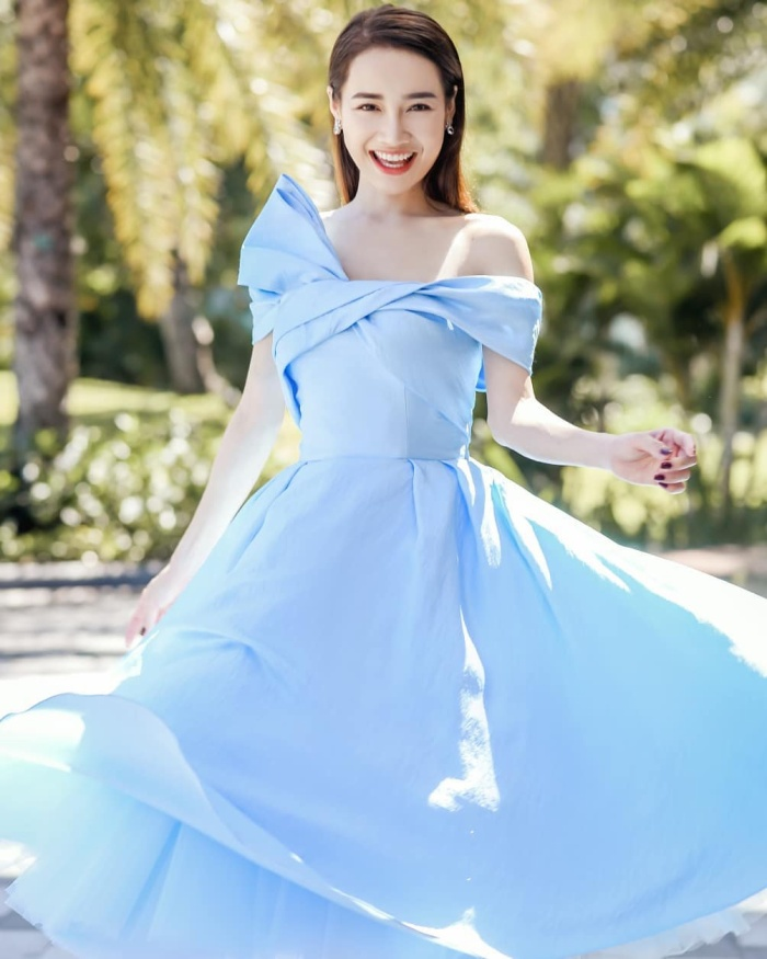 Với sắc da trắng nõn không chút tì vết, một gam màu cực đẹp khác mà Nhã Phương rất thích chính là màu xanh da trời nhạt.