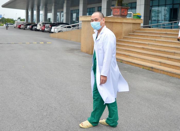Hình ảnh bác sĩ Nguyễn Trung Cấp cắt tóc, hơn 2 tháng chưa về nhà.
