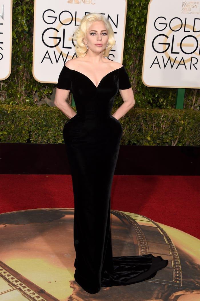 Năm 2016, Gaga mang về một giải 'Quả cầu vàng' cho nữ diễn viên xuất sắc nhất nhờ vai diễn trong 'Câu chuyện kinh dị Mỹ: Khách sạn'. Lấn sân sang nghiệp diễn, gu thời trang của cô đã nền nã hơn nhưng vẫn không quên nhấn nhá một chút ở hông.