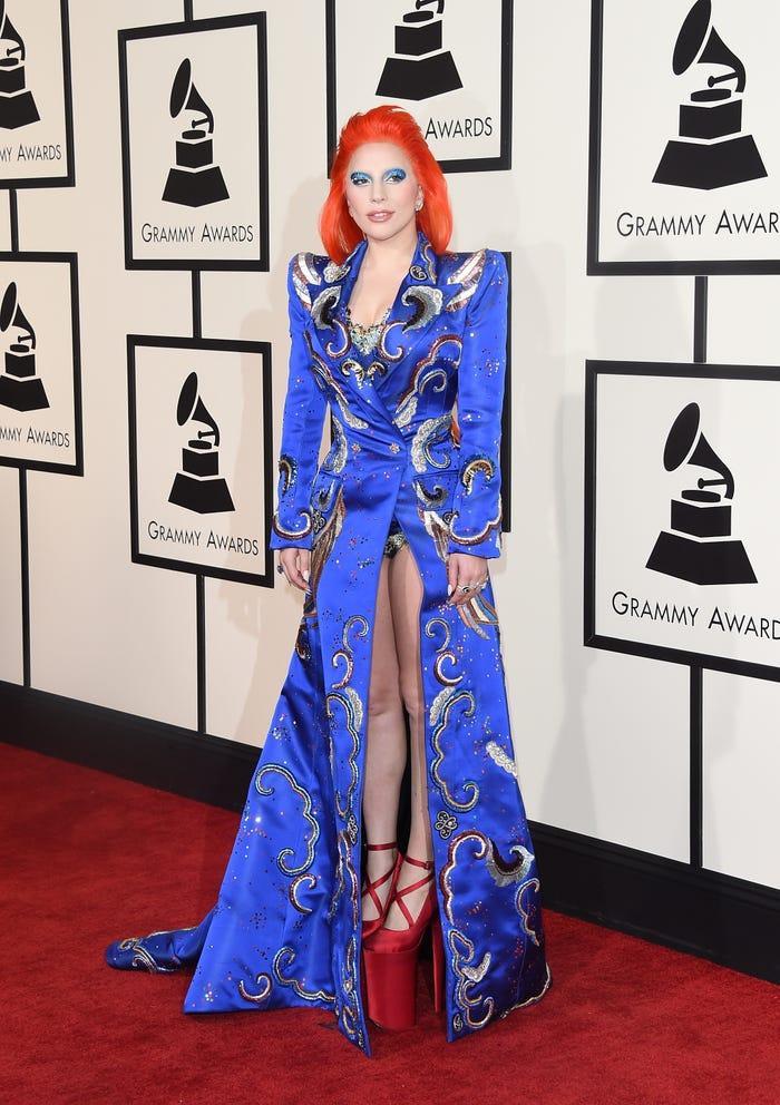 Câu chuyện khác hẳn khi cô trở về với các giải thưởng âm nhạc. Tại Grammy 2016, Gaga bất ngờ xuất hiện trong mái tóc màu cam neon và chiếc váy ánh kim thêu tay chi tiết. Tất nhiên đôi giày cao gót đóng cộp thương hiệu Lady Gaga cũng có mặt.