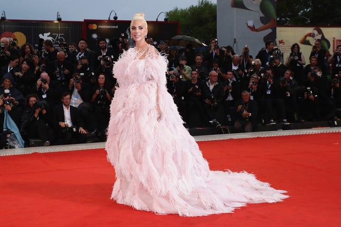 Tại buổi chiếu 'A star is born' tại liên hoan phim Venice 2018, 'mẹ quái vật' chuyển nghề sang công chúa Disney ngoài đời thực.