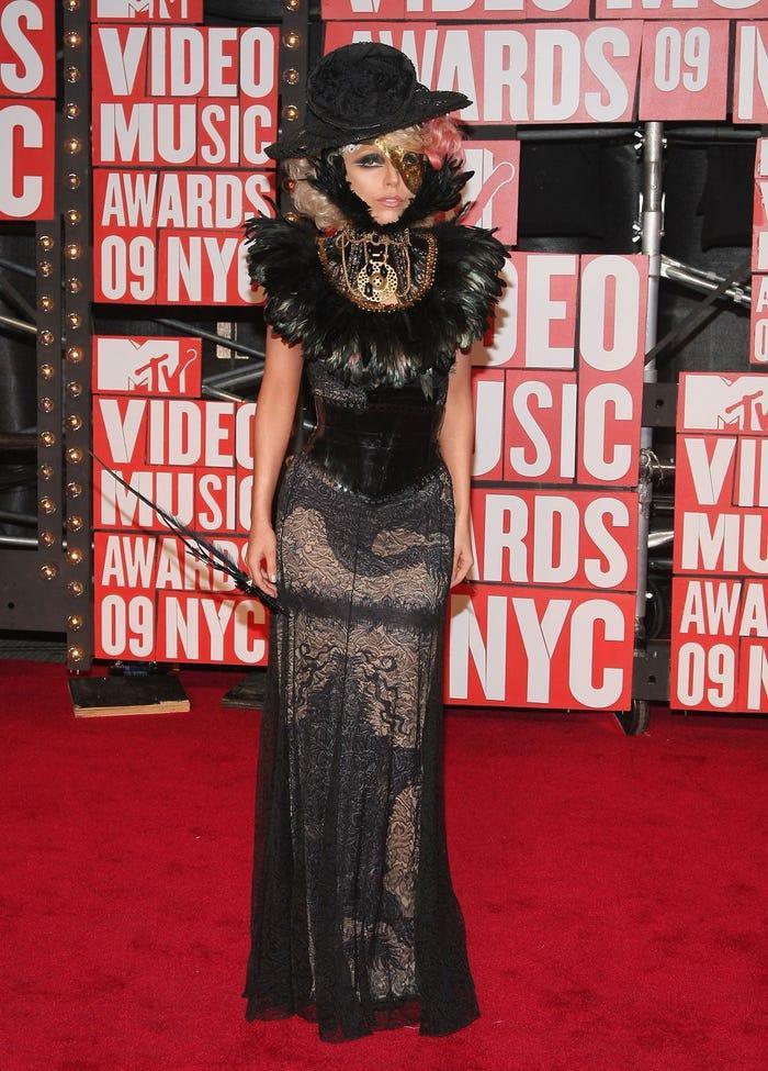 Gaga mô tả trang phục ren rúa gắn lông chim là một cảm hứng từ 'Phantom of the Opera'.