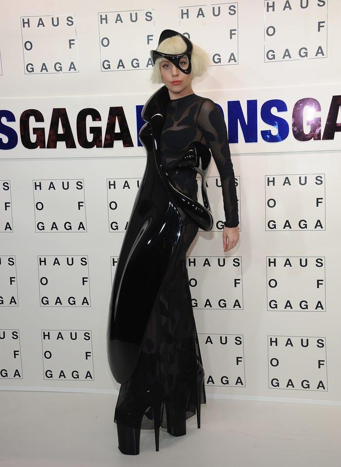 Gaga kết hợp các mảnh của nghệ thuật và âm nhạc để vinh danh album 'Artpop' năm 2013. Trang phục trừu tượng với nhiều chất liệu tinh tế được chính chủ mặc đến bữa tiệc phát hành album.