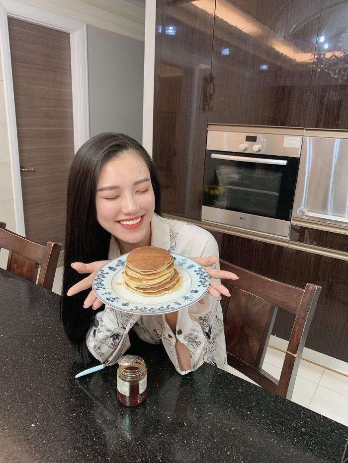 Người đẹp tự tay chuẩn bị bữa sáng tốt cho sức khỏe.
