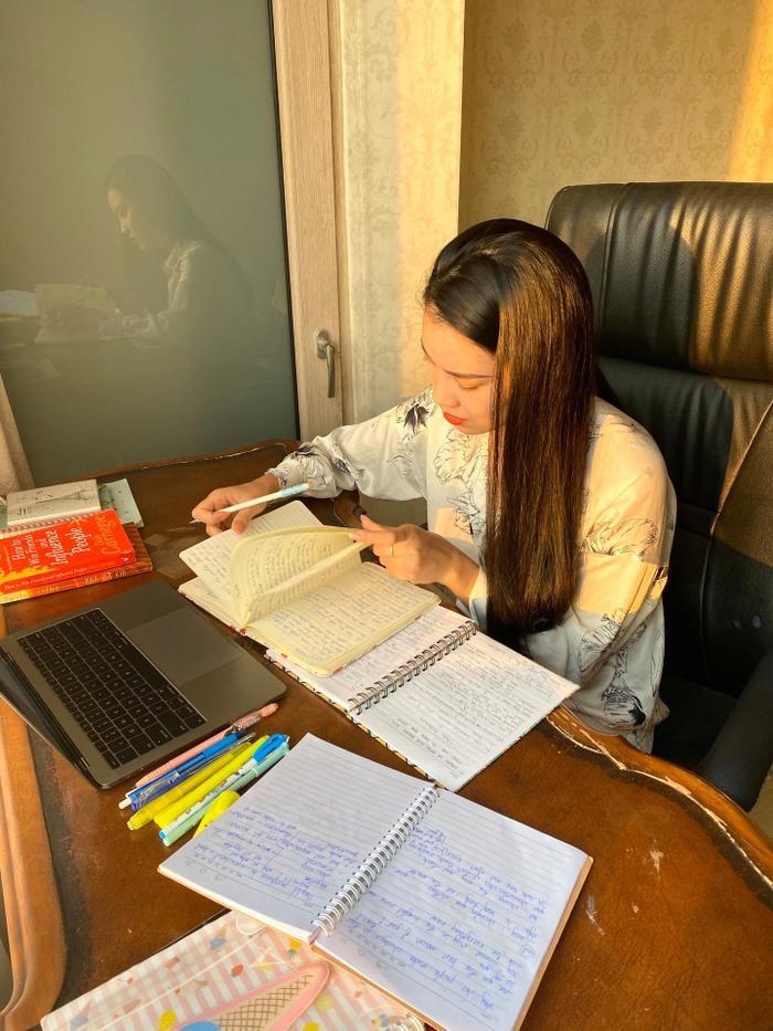 Á hậu Kim Duyên chăm chỉ luyện tiếng Anh để tăng cường khả năng giao tiếp với bạn bè quốc tế.