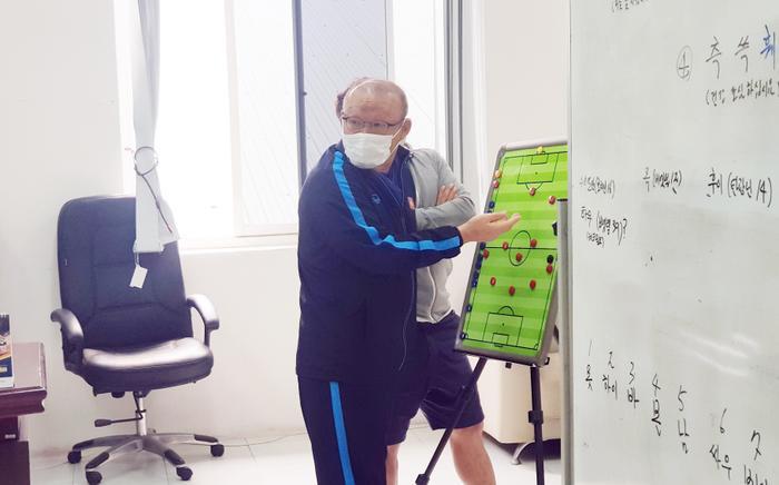 HLV Park Hang Seo cho rằng các CLB không chú trọng đào tạo trẻ, cũng không dùng nhiều cầu thủ trẻ để nhìn về tương lai. Ảnh: VFF