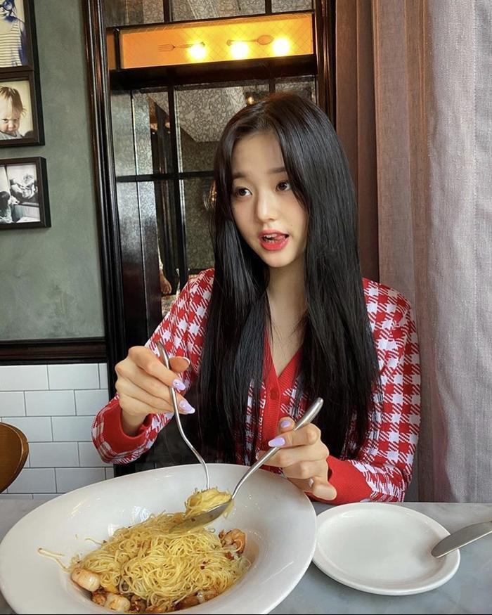 Jang Won Young (IZ*ONE) gây sốt với body gợi cảm ở tuổi 15, Knet: Bản nữ Cha Eun Woo, hậu duệ Jeon Ji Hyun! ảnh 4