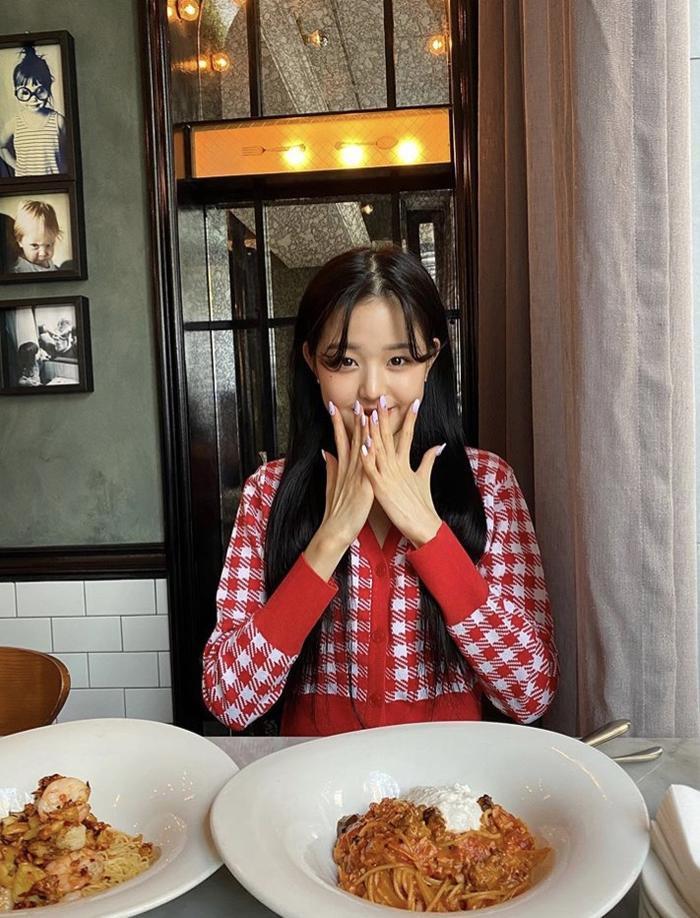 Jang Won Young (IZ*ONE) gây sốt với body gợi cảm ở tuổi 15, Knet: Bản nữ Cha Eun Woo, hậu duệ Jeon Ji Hyun! ảnh 2