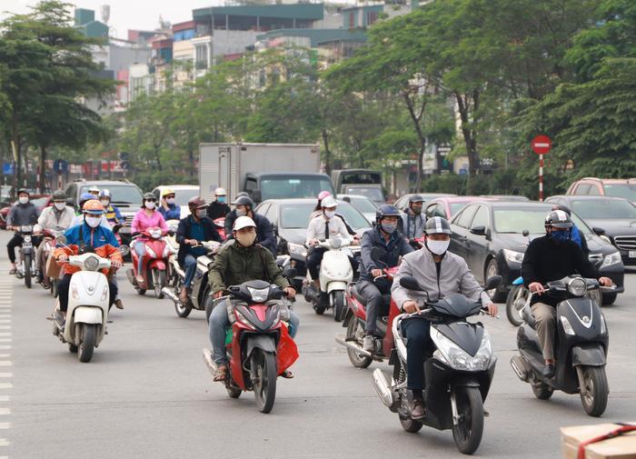 Mặc dù thực hiện cách ly toàn xã hội, chỉ ra đường trong trường hợp cần thiết tuy nhiên nhiều người vẫn đổ ra đường. Ảnh ghi nhận tại Hà Nội chiều 9/4.