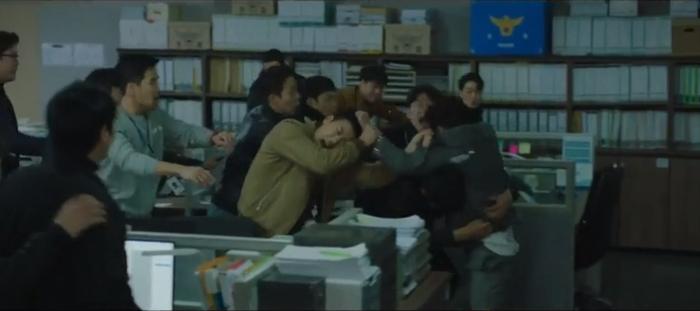 Tập 10 Memorist  Hồi ức: Chạm mặt tên sát thủ, Dong Baek tặng hắn 2 viên đạn vào ngực ảnh 9