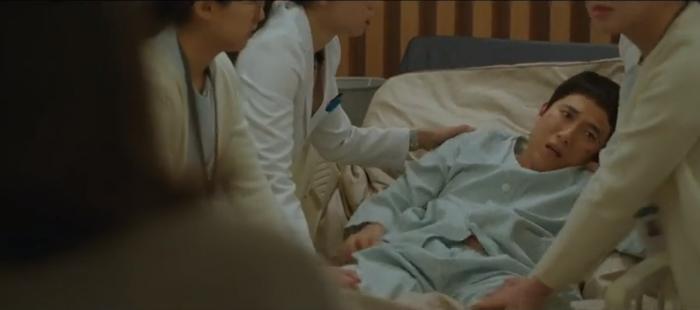 Tập 10 Memorist  Hồi ức: Chạm mặt tên sát thủ, Dong Baek tặng hắn 2 viên đạn vào ngực ảnh 2