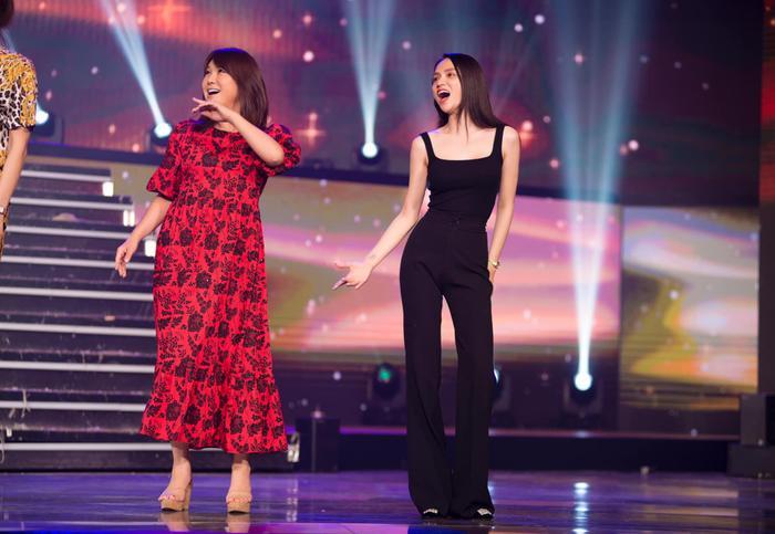 """Hương Giang nổi bật trên sân khấu với phong cách nữ tính. Đến đâu cũng vậy, cái mà Hương Giang """"o bế"""" nhất vẫn là vòn 2 siêu hiếm của mình."""