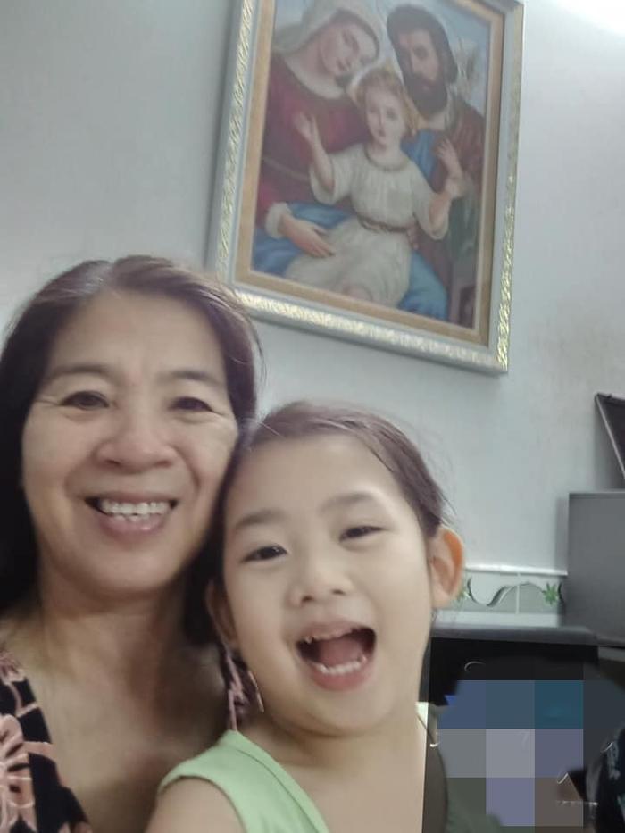 Con gái Mai Phương đoàn tụ với ông bà ngoại ảnh 3