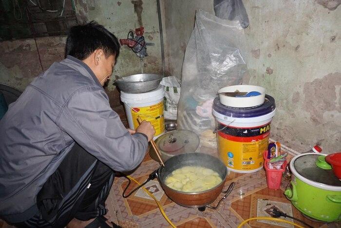 Cuộc sống hiện tại của cặp vợ chồng 29 tuổi đẻ sòn sòn 8 con ở Hà Nội: 'Nhà thoát nghèo rồi, dịch bệnh các con phụ giúp bố xây nhà' ảnh 0