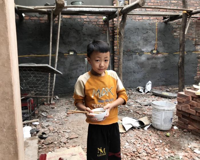 Cậu con trai anh Trường vội vàng ăn bát cơm rồi đi chơi với các chị trong nhà. Cậu bé cũng đã biết phụ giúp bố mẹ dọn dẹp, vác gạch…
