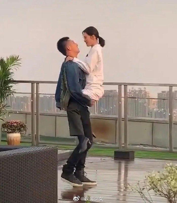 Ảnh hậu trường Quân trang thân yêu được tiết lộ: Hoàng Cảnh Du lan tỏa sức hút của người bạn trai, ngọt ngào và cool ngầu ảnh 3
