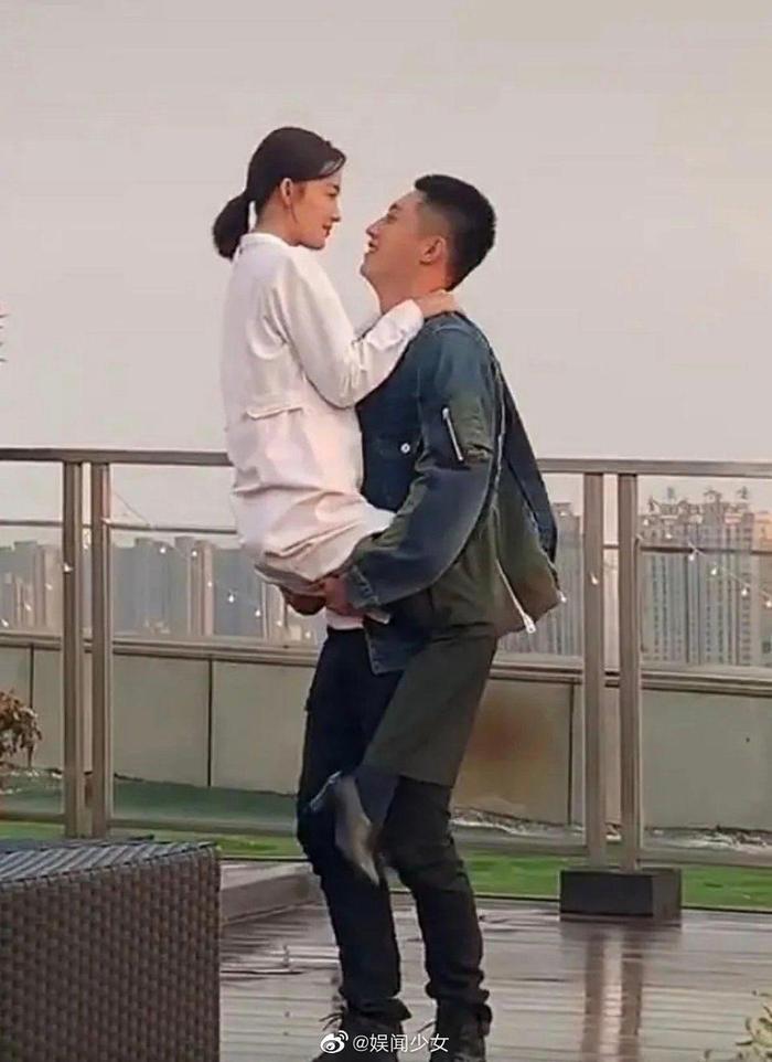 Ảnh hậu trường Quân trang thân yêu được tiết lộ: Hoàng Cảnh Du lan tỏa sức hút của người bạn trai, ngọt ngào và cool ngầu ảnh 6