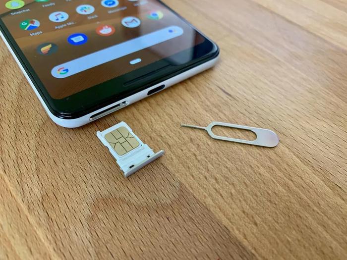 Một bước khắc phục lỗi khác là thử tháo và lắp lại thẻ SIM vào điện thoại trong khi máy đang bật. (Ảnh: Cnet)