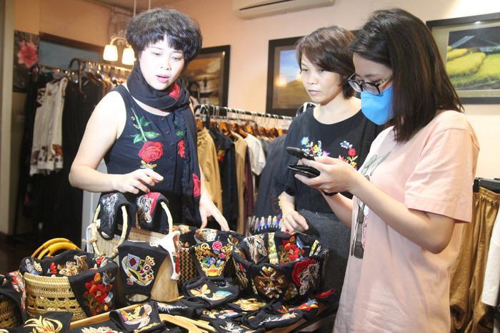 Từ những chiếc khẩu trang thông thường, qua bàn tay của chị Hoa và những nghệ nhân thêu đã tạo ra những sản phẩm đẹp mắt, kỳ công.