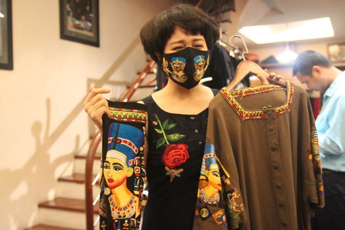 Khẩu trang kết hợp cùng trang phục truyền thống.