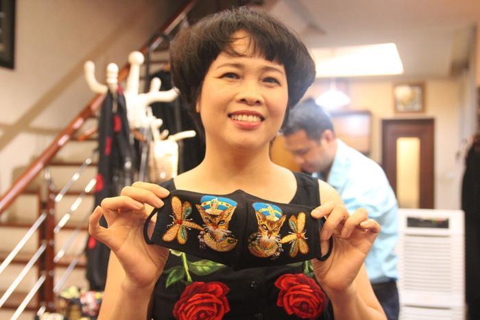 Người phụ nữ thổi hồn vào những chiếc khẩu trang thêu tay giá 500 nghìn đồng: Ngoài tiêu chí bảo vệ sức khoẻ còn phải đẹp ảnh 8
