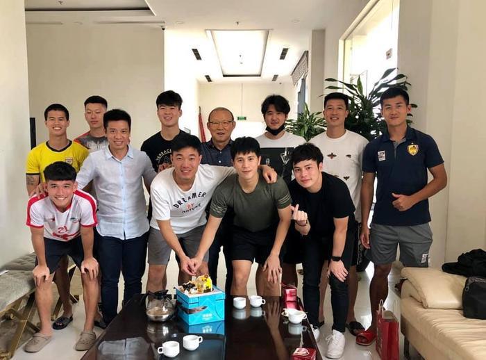 Thầy Park đến PVF ăn mừng sinh nhật của hai học trò cưng.