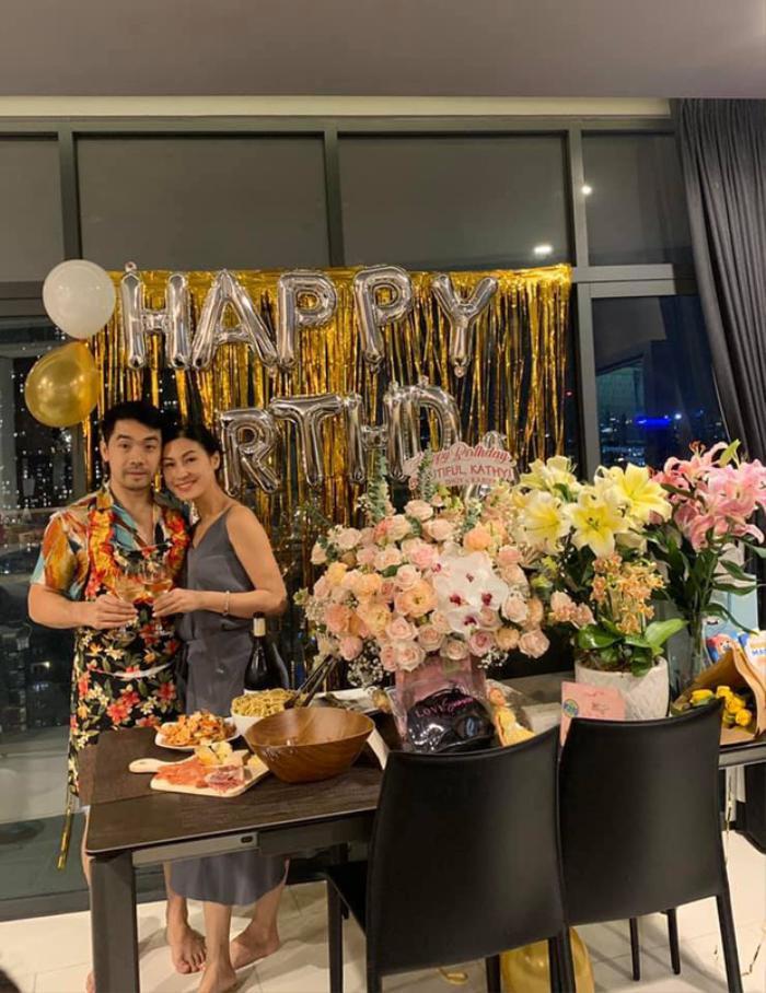 Kathy Uyên khoe khoảnh khắc bạn trai trổ tài vào bếp, tổ chức sinh nhật tại nhà lãng mạn