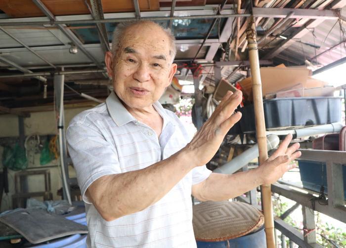 Ông Tầng đã dành 30 năm chăm sóc giàn hoa giấy bao quanh ngôi nhà của mình.
