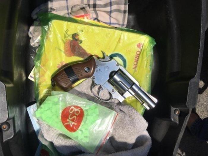 Bắt băng nhóm cho vay nặng lãi tàng trữ súng, áo giáp và nhiều mã tấu