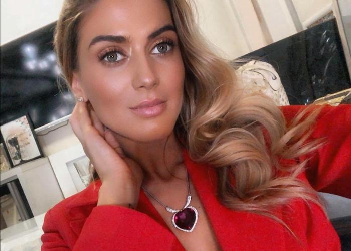 Marigona Krasniqi mang vẻ đẹp đặc trưng của những phụ nữ Đông Nam Âu như mái tóc vàng óng ả, đôi mắt nâu mơ màng.