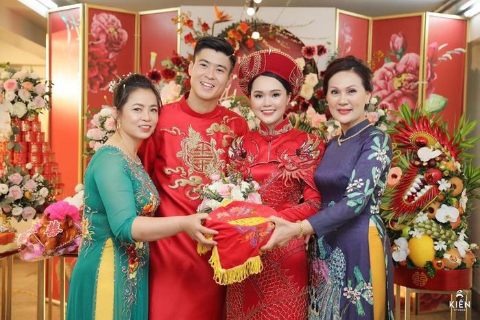 Ông chồng vàng của làng bóng đá Duy Mạnh khoe tướng phu thê, thể hiện tình cảm với vợ khiến fan ngưỡng mộ ảnh 1