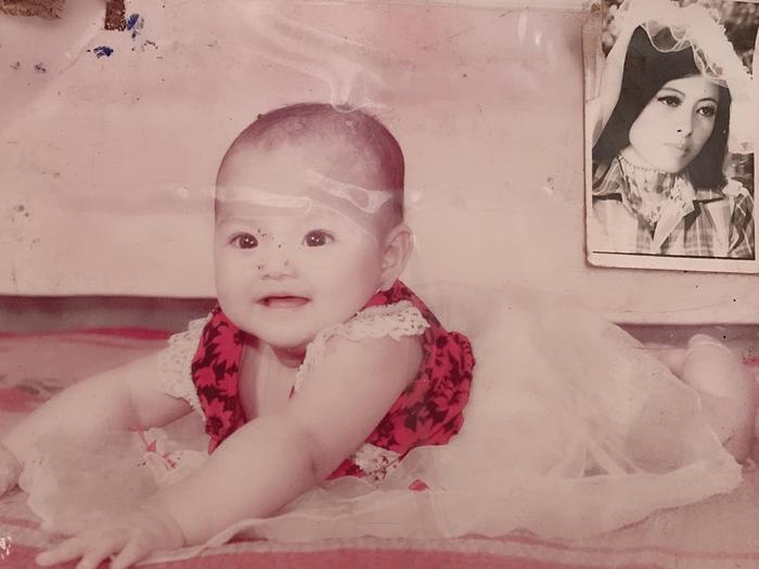 Bức ảnh ngày còn bé của Hồng Hạnh và trên tường là người mẹ yêu quý của cô nàng (Ảnh: NVCC)