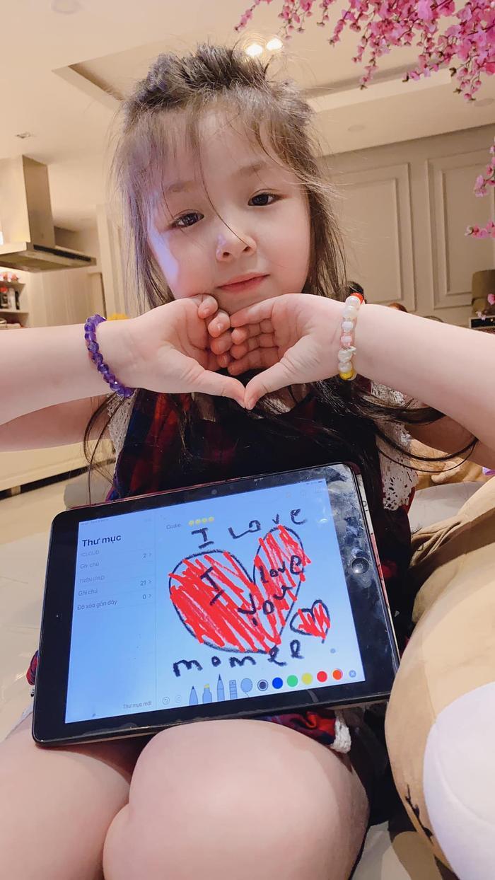 Ấn tượng hơn đó là cô bé Mộc Trà còn ra dấu bằng tay hình trái tim để thể hiện tình tình cảm