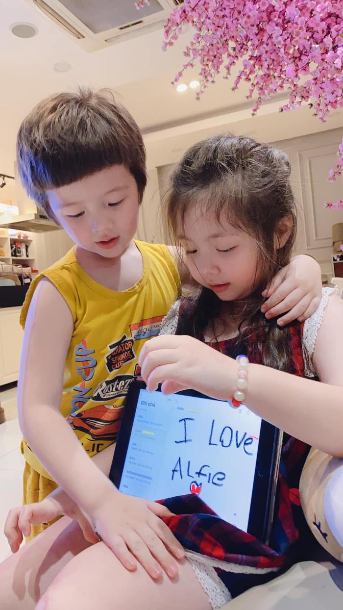 """Không chỉ viết chữ tặng mẹ, Cadie Mộc Trà còn viết """"I Love Alife"""" (Chị yêu em Alife) để thể hiện tình cảm với em trai"""