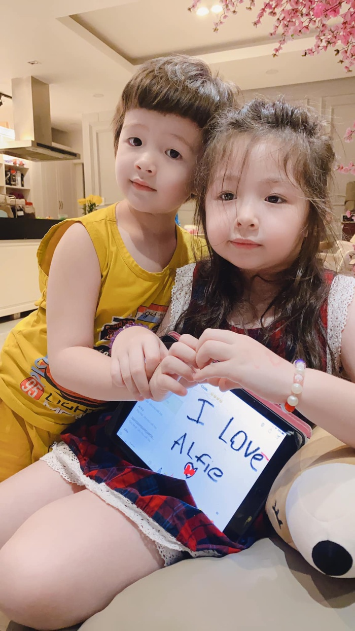 Hình ảnh lớn phổng phao, ngày càng xinh xắn, đáng yêu của 2 chị em Cadie và Alife khiến mọi người vô cùng thích thú