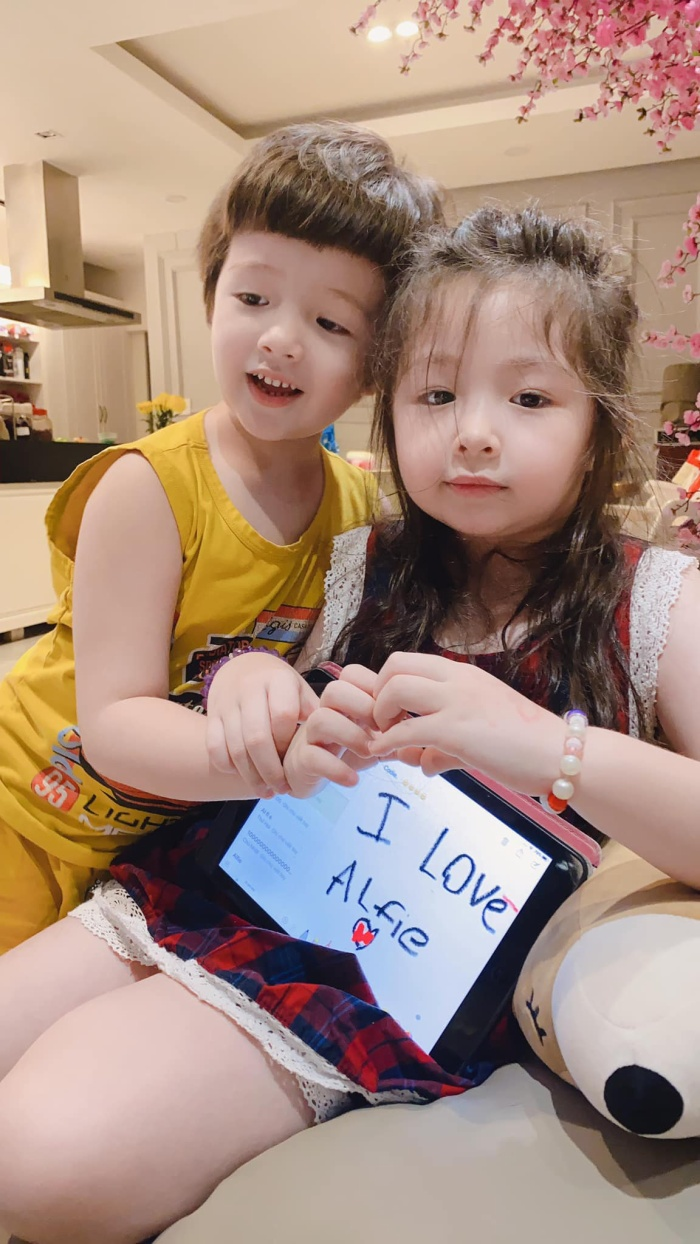 Hai chị em còn cùng nhau làm biểu tượng trái tim khi chụp ảnh