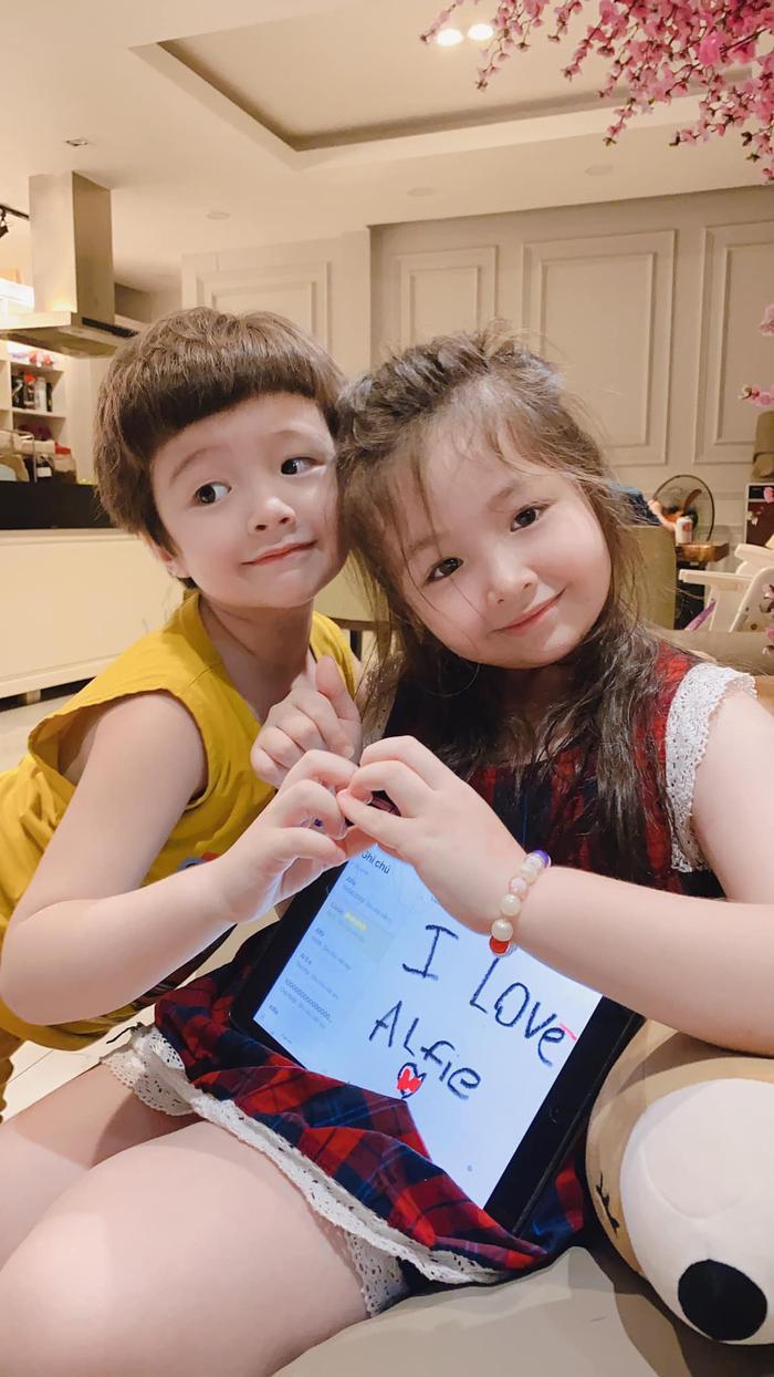 Loạt ảnh vô cùng đáng yêu của 2 nhóc tỳ nhà Elly Trần đã đốn tim tất cả mọi người