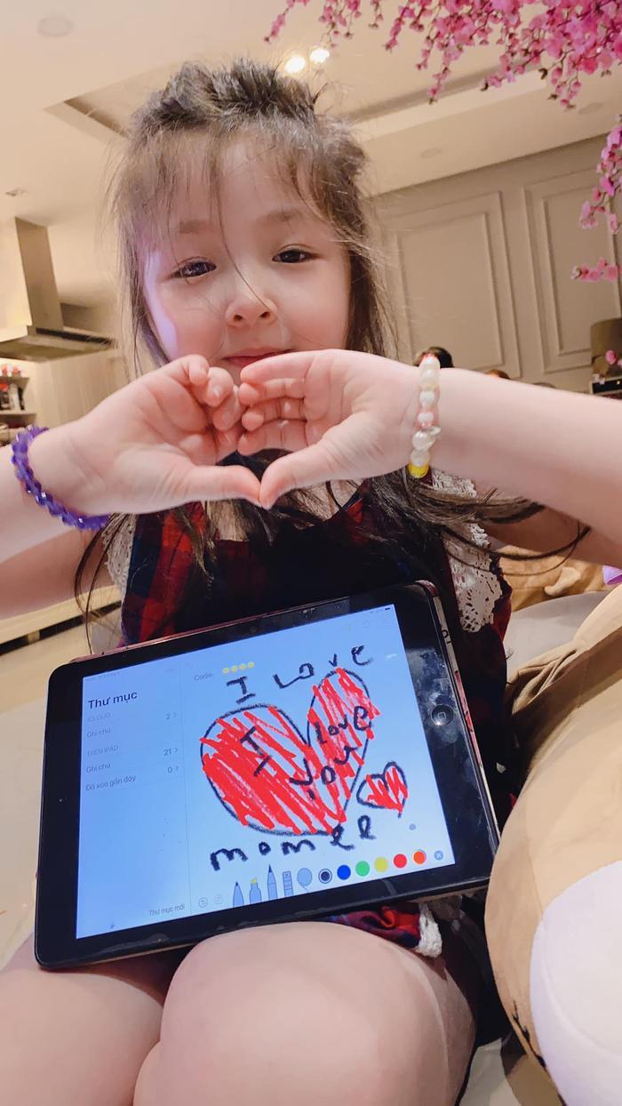 """Con gái Elly Trần - Cadie Mộc Trà vẽ tranh tặng mẹ nhân dịp """"Ngày của mẹ"""""""