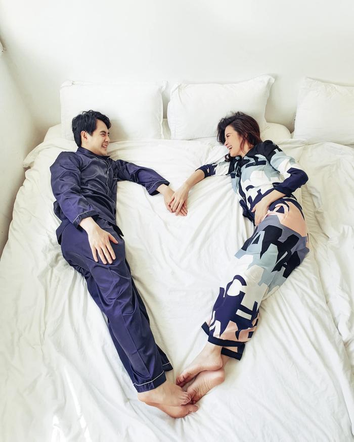 Sao Việt khoe ảnh tế nhị: Jennifer Phạm tắm bồn cùng ông xã, Khánh Thi hôn chồng say đắm