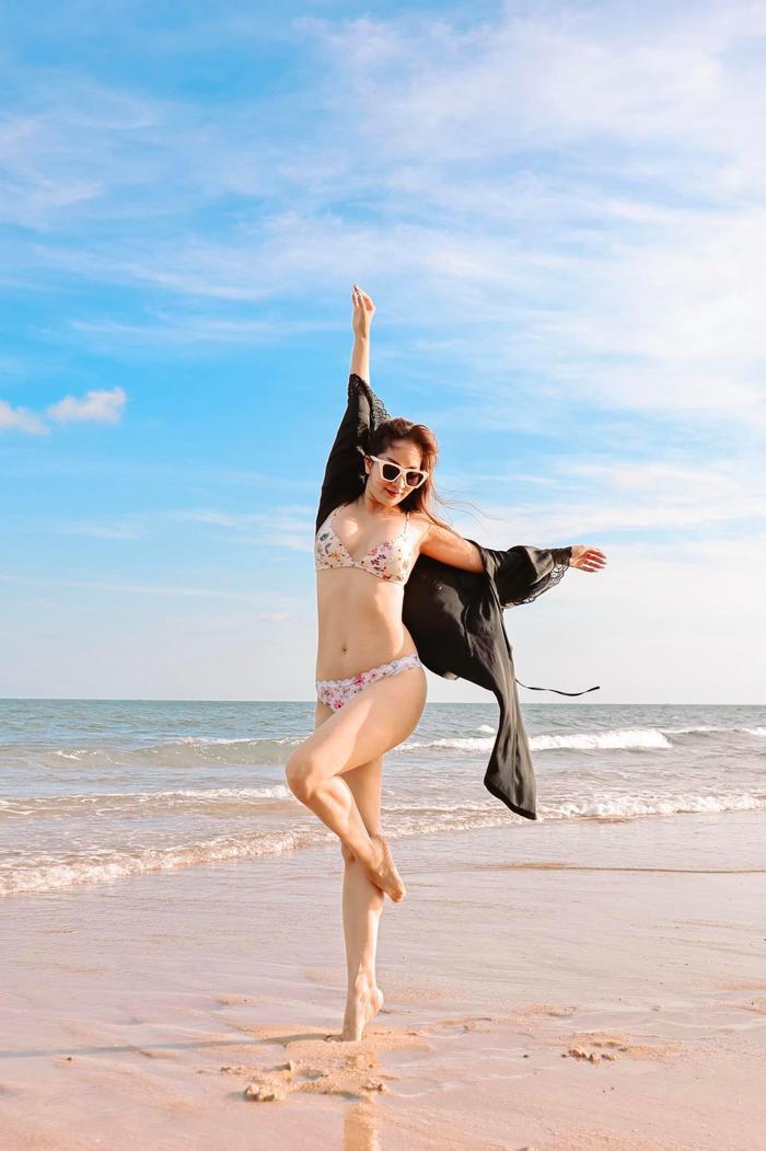 'Gái hai con' Khánh Thi mặc bikini khoe thân hình bốc lửa trong kỳ nghỉ ở biển