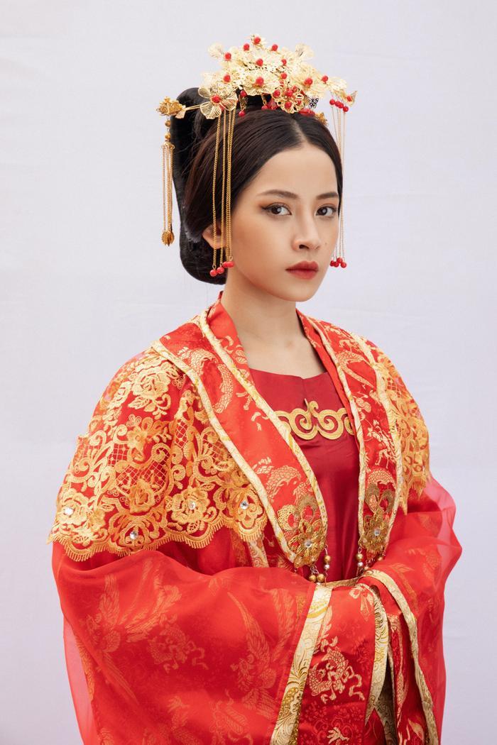 Bộ đồ cổ trang đỏ nổi bật giúp Chi Pu thêm phần xinh đẹp trong vai diễn Hoàng hậu.
