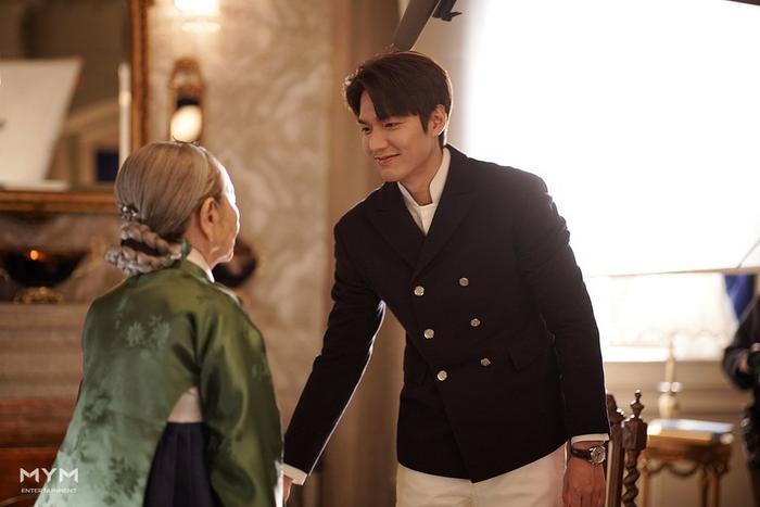 Với bạn diễn cao tuổi Lee Min Ho rất ân cần và kính trọng