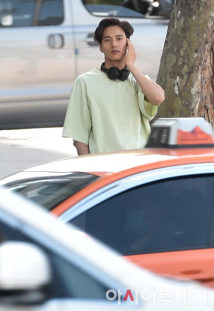 Ảnh chụp lén Won Bin     (42 tuổi) trên phố khiến Knet điên đảo: Lee Na Young mất chồng như chơi! ảnh 3